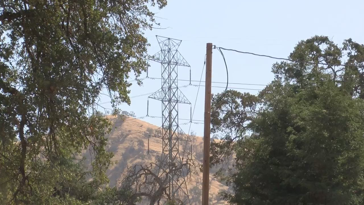 PG&E cuts power to prevent wildfire