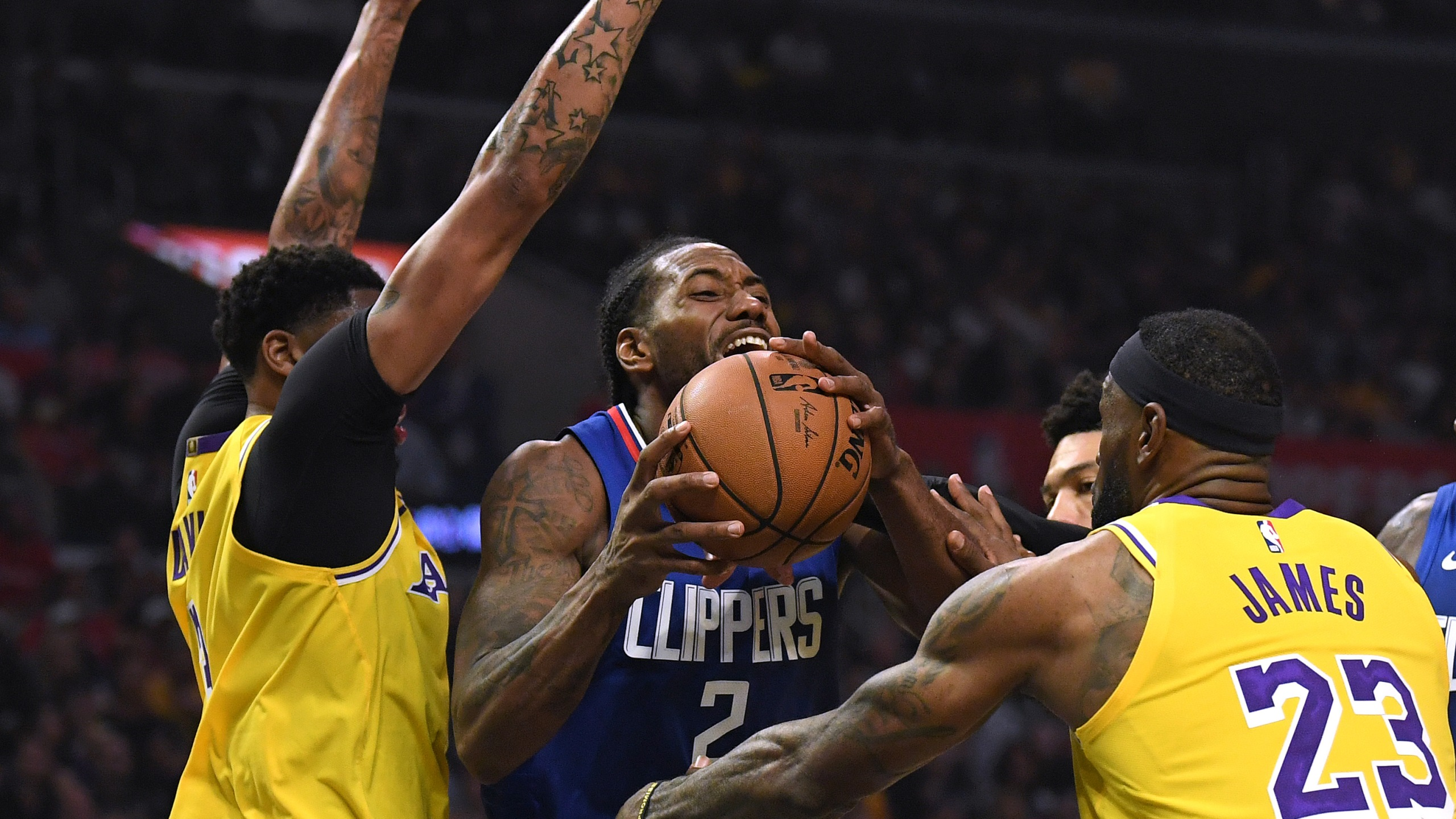 Kawhi Leonard Leads Clippers To 112 102 Victory Over Lakers