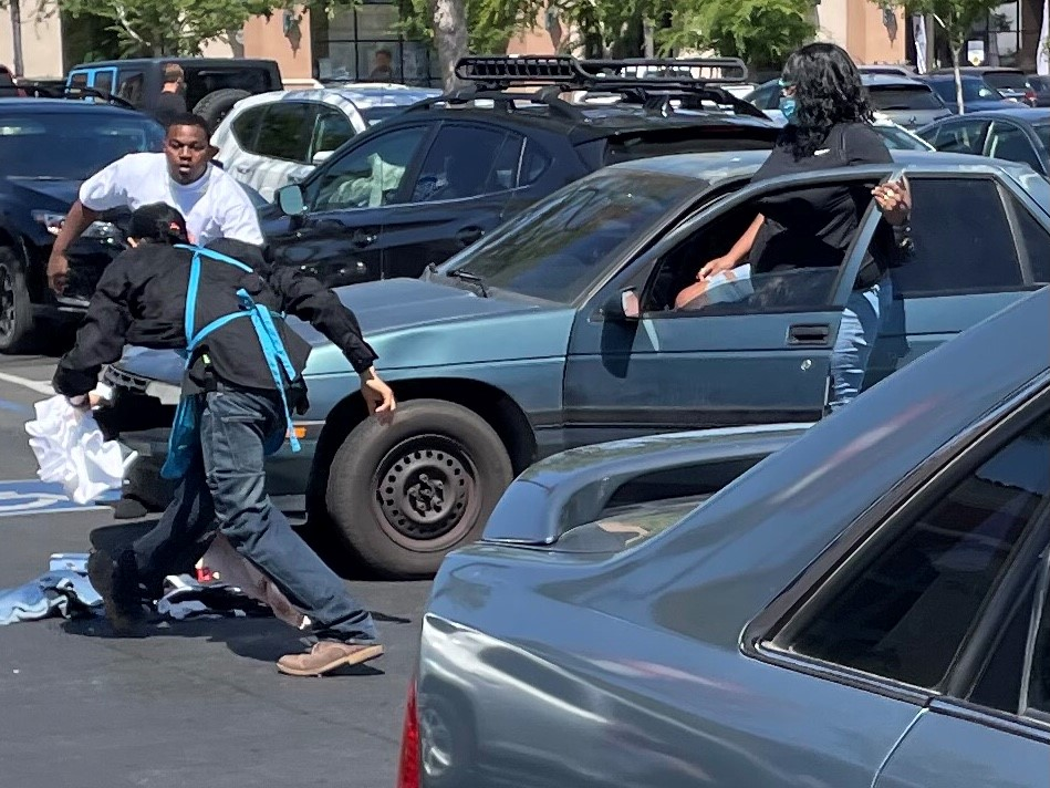 Nordstrom Rack security guard attacked trying to stop theft in Fresno, suspects escape, police say