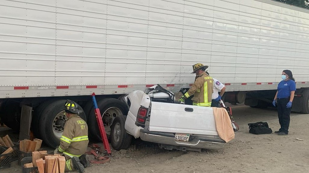 1 killed after truck goes under big-rig in Fresno County